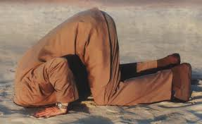 testa sotto sabbia