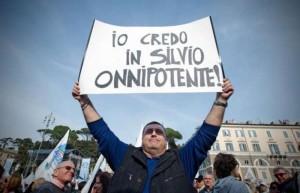 Berlusconi_manifestante_io_credo_in_silvio_onnipotente